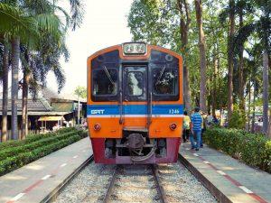 Zug von Bangkok nach Kanchanaburi