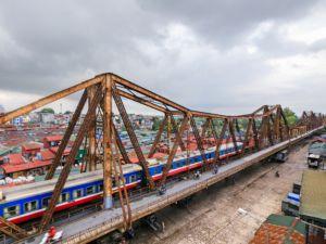 Zug in Hanoi (Long Bien-Brücke)