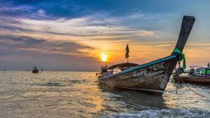 """Traditionelles Boot (""""Longboat"""") an der Küste von Krabi"""